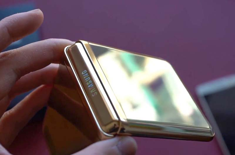 Desain Samsung Galaxy Z Flip Mirror Gold